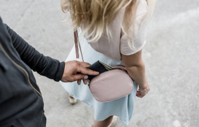Female traveller getting pickpocketed